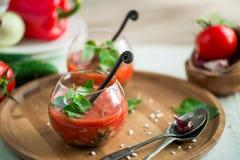 Soupe à gazpacho de tomate dans des deux tasses en verre Image stock