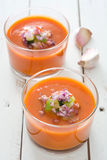 Soupe à Gazpacho en verre et ingrédients sur la table en bois blanche Image stock