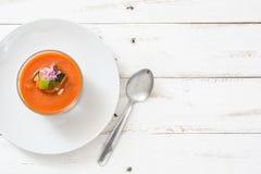 Soupe à Gazpacho en verre sur le bois blanc Photos stock