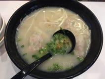 Soupe à Hong Kong Noodle avec le wonton photos stock