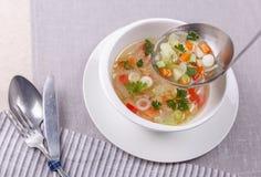 Soupe à légume frais faite en chou, carotte, pomme de terre, paprika rouge, tomate dans la cuvette Image stock