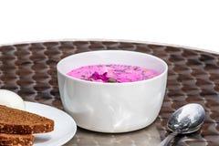 Soupe à la betterave lithuanienne d'été délicieux avec du pain foncé et l'oeuf D'isolement sur le blanc photo stock
