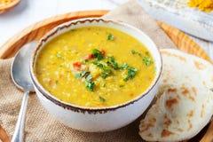 Soupe à lentille avec du pain pita dans une cuvette blanche en céramique sur un fond en bois Fin vers le haut photos stock