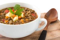 Soupe à lentille dans une cuvette, d'isolement image stock