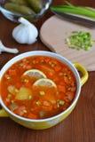 Soupe à mélange de Solyanka avec des saucisses, des pommes de terre et le citron Images libres de droits
