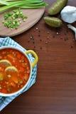 Soupe à mélange de Solyanka avec des saucisses, des pommes de terre et le citron Images stock