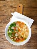 Soupe à macaronis dans la cuvette image libre de droits