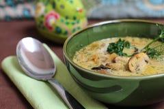 Soupe à Mashroom dans une cuvette verte Photos stock