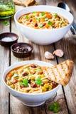 Soupe à minestrone avec des pains grillés entiers de grain Photo stock