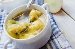 Soupe à oignon avec du fromage dans la cuvette blanche Photo stock