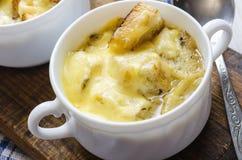 Soupe à oignon avec du fromage dans la cuvette blanche Images libres de droits