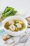 Soupe à oseille dans la cuvette blanche images stock