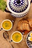 Soupe à oseille dans une cuvette de vintage avec l'oeuf et le pain sur une étiquette en bois Photographie stock