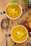 Soupe à oseille dans une cuvette de vintage avec l'oeuf et le pain sur une étiquette en bois Photos stock