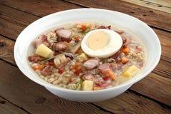 Soupe à perle avec le lard et l'oeuf photo stock