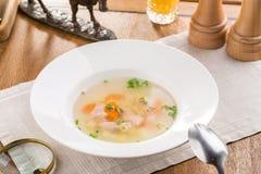 Soupe à poisson frais avec l'orangeade saumonée et sur la table en bois photographie stock libre de droits