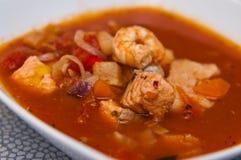 Soupe à poissons avec la morue et les crevettes roses photos stock