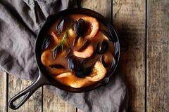 Soupe à poissons de fruits de mer de tomate de bouillabaisses avec des crevettes roses, des moules, le homard et le calmar Style  Images stock