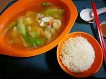 Soupe à poissons et à fruits de mer, marché asiatique de nuit Image libre de droits