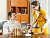 Soupe à portion de fille à la table image stock