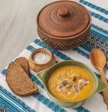 Soupe à potiron aux oignons et à la viande frits avec le lard Photographie stock