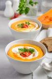 Soupe à potiron avec de la crème et le persil sur un fond concret ou en pierre gris Image libre de droits