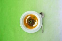 Soupe à potiron avec de la viande hachée et la crème sure Photo stock