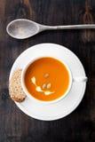 Soupe à potiron avec des graines de citrouille photos libres de droits