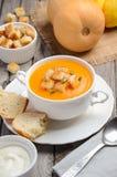 Soupe à potiron avec des graines de citrouille et des croûtons Photographie stock