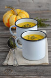 Soupe à potiron avec des graines de citrouille sur la table en bois Photos stock