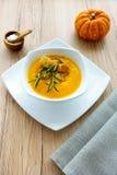 Soupe à potiron avec des herbes Photo libre de droits