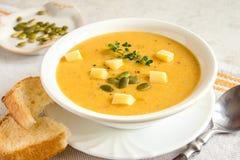 Soupe à potiron avec du fromage photo stock