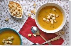 Soupe à potiron avec du pain coupé Photos libres de droits