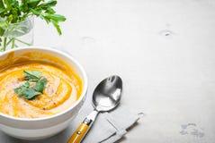 Soupe à potiron avec le fond de persil Photos stock