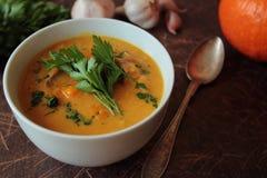 Soupe à potiron avec le persil photos stock