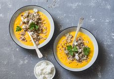 Soupe à potiron avec le quinoa et le feta sur un fond gris, vue supérieure Photo stock