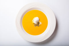 Soupe à potiron avec les graines fouettées de crème et de citrouille photos stock