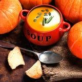 Soupe à potiron avec les potirons et le croûton frais de pain sur en bois Images libres de droits