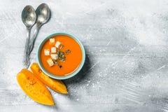 Soupe à potiron dans la cuvette avec des cuillères images libres de droits