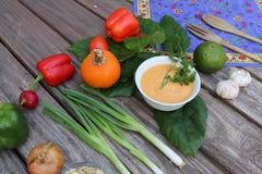 Soupe à potiron dans la cuvette avec des légumes Photographie stock libre de droits