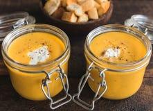 Soupe à potiron dans les pots Photo stock