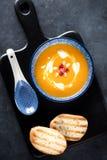 Soupe à potiron dans une cuvette images libres de droits