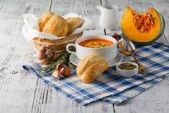 Soupe à potiron dans une cuvette avec les potirons, l'ail et le persil frais h Photo stock