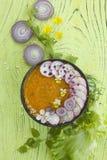 Soupe à potiron de ressort avec des fleurs images stock