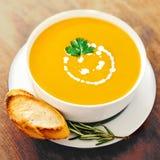 Soupe à potiron et à carotte dans une cuvette blanche sur la table en bois rustique photographie stock