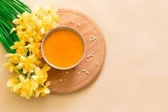 Soupe à potiron et à carotte, tadka avec de la crème et persil sur le fond en bois foncé Vue supérieure images stock