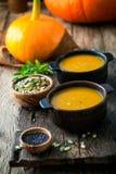 Soupe à potiron sur la table Table de Thankgsgiving images stock