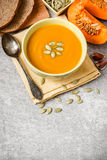 Soupe à potiron sur le fond en pierre gris Photo stock