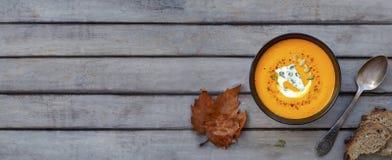 Soupe à potiron une table en bois Photo stock