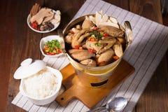 Soupe à poulet et à herbe dans la casserole en laiton Photos stock